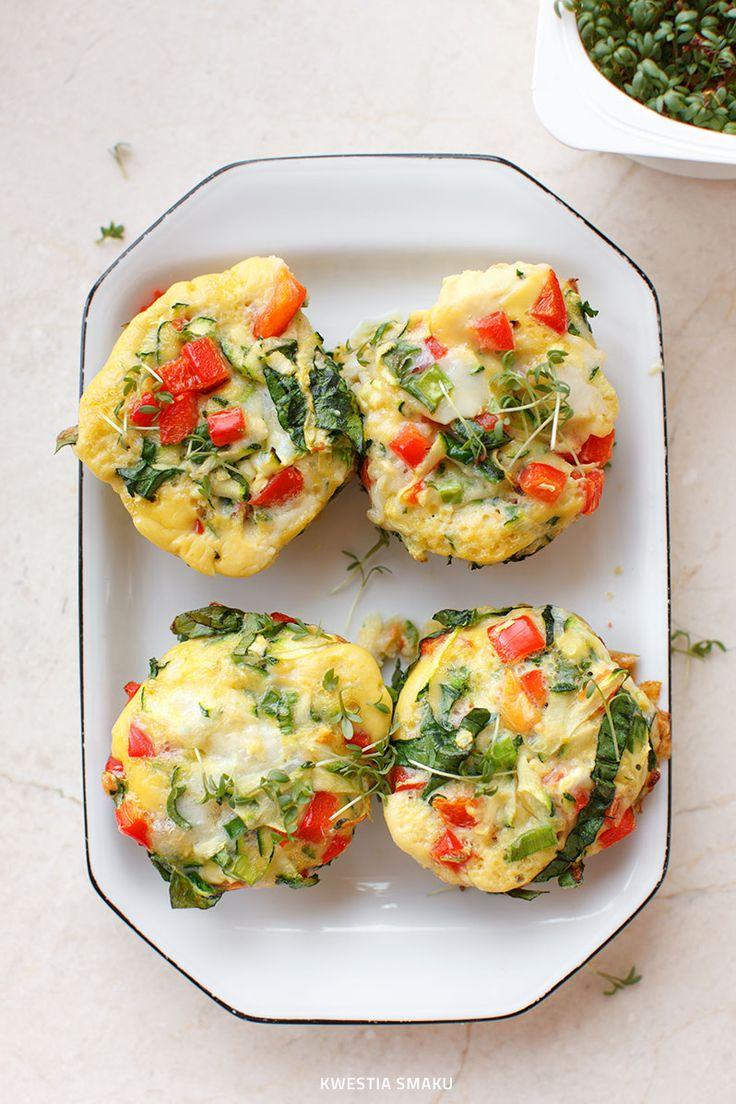 Mini omlety pieczone w foremkach z papryką, cukinią i szpinakiem