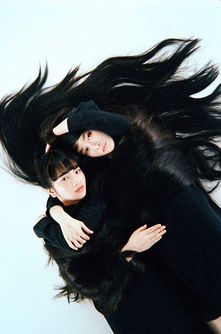 綿矢りさ原作のドラマ『夢を与える』が、5月からWOWOWで放送される。  同作は、2007年に刊行された綿矢による同名小説のドラマ版。娘に夢を託す元モデルの母・幹子と、スターの座に上り詰めたが、ダンサーの正晃との出会いをきっかけに恋愛にのめりこみ、やがて転落していく娘の夕子が・・・