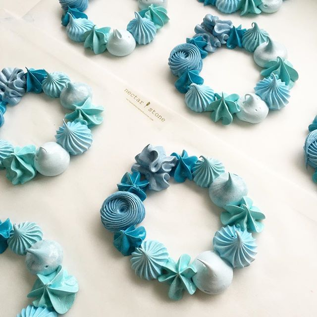 The blue version of the meringue wreath More