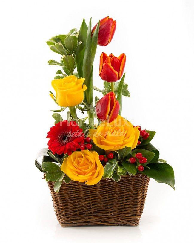 cosulet elegant cu trandafiri, lalele si hypericum, Cos elegant, insa de succes.