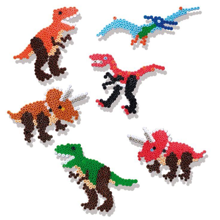 Met strijkkralen van SES maak je de mooiste figuren door het leggen van de kraaltjes, die je vervolgens met een strijkbout aan elkaar vast smelt. Er kunnen gave dino's gemaakt worden met deze strijkkralenset. Met de 2 legborden maak je gemakkelijk een enge T-Rex of Triceratops.  Op het zelfklevende papier met instructies kun je nog vele andere dino's maken. Laat je dinosaurus door een volwassene strijken.
