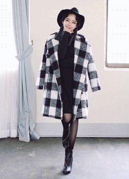 Today's Hot Pick :フラップ付きノーカラーダブルボタンブロックチェックコート http://fashionstylep.com/SFSELFAA0014649/coiija/out 起毛加工を施したウール混素材がふわふわ♪ 胸元のフラップがさりげないポイント☆ すっきりとしたノーカラータイプ。 大きめのフロックチェックがクラシカルな雰囲気です。