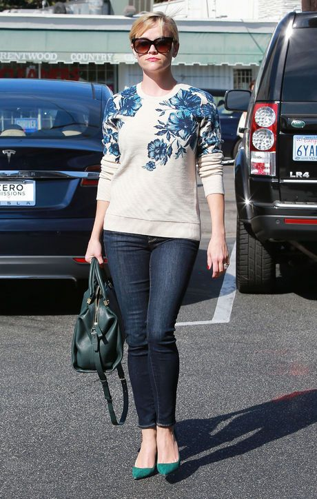 Reese Witherspoon kept it casual but elegant in a floral Tory Burch sweater, skinny jeans, those Manolos, and a Lanvin bowling bag.