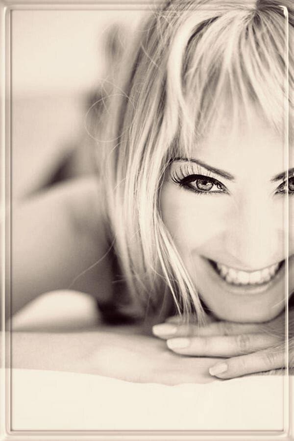 Lächeln … ist eine Offenbarung, ein Heilmittel gegen Schmerzen.  Lächeln gibt der Seele Nahrung, ist ein Sonnenstrahl aus dem Herzen.  Lächeln is…