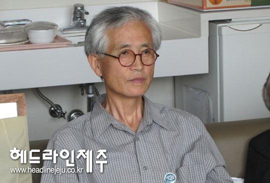 제주해군기지 공사강행에 항의하다 구속돼 지난 7일 제주교도소에 수감된 양윤모 영화평론가(55)가 27일로 '옥중단식' 21일째를 이어가고 있다.