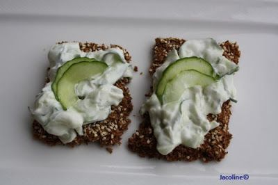 Vezel cracker met komkommersalade op basis van magere yoghurt