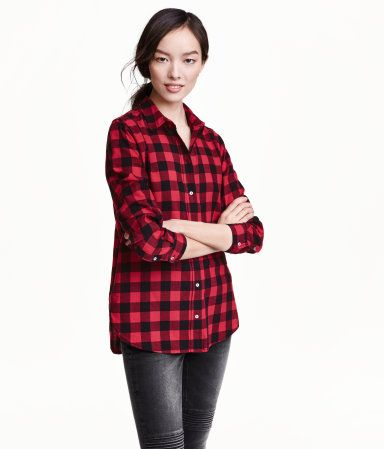 Straight-cut, long-sleeved shirt in soft cotton flannel with a turn-down collar and rounded hem.