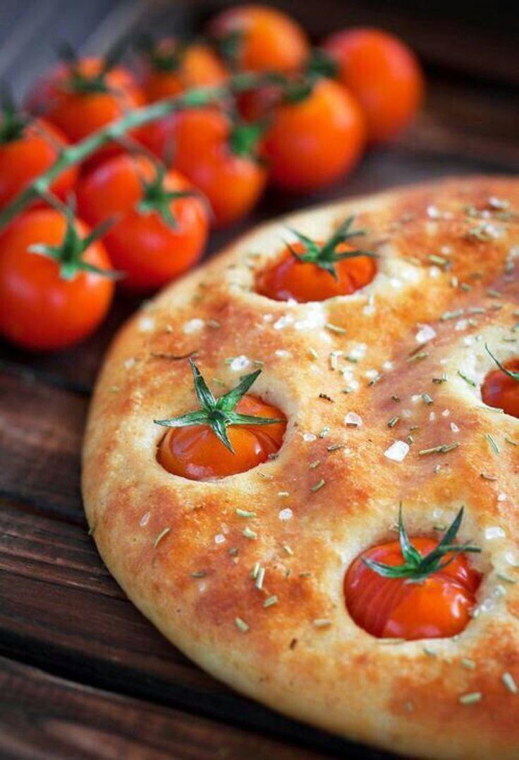 Una bella focaccia con i pomodori. Una specialità semplice e gustosissima della nostra tradizione