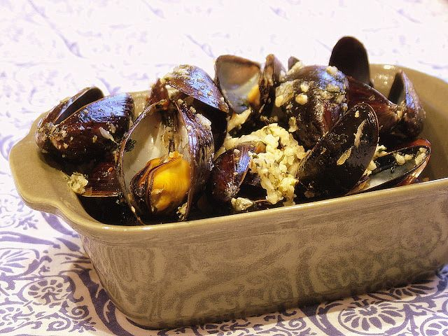 Mexilhão à Bulhão Pato (Musells cooked with garlic, lemon and coriander)  The perfect match between mussels and lemon, garlic and coriander.