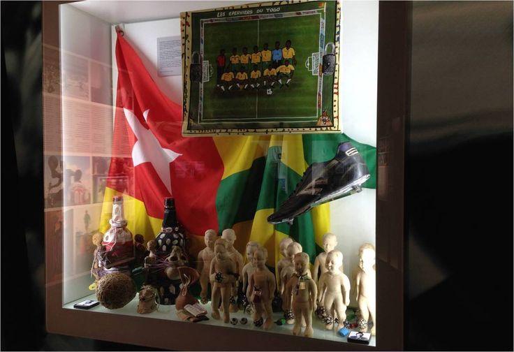 L'expo explore les relations entre foot et religion, ici des rites vaudou pour influer positivement sur les résultats de l'équipe de foot !