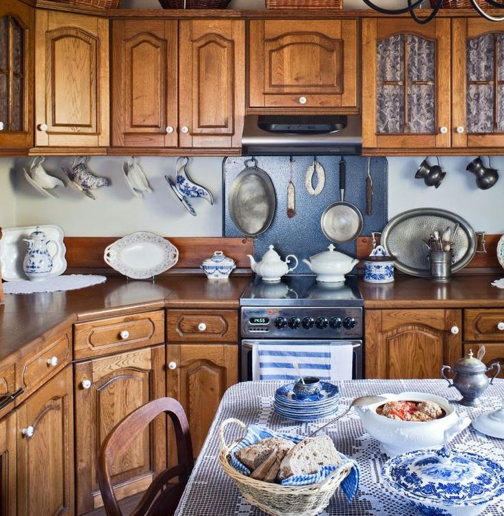 Klasyczna kuchnia z dębowymi meblami i biało-niebieską ceramiką