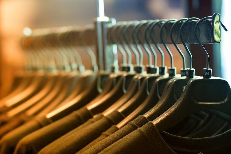 Bluzka wizytowa to nieodłączną część kobiecej garderoby. Jak ją nosić na trzy sposoby zawsze wyglądać elegancko ale niezbyt szykownie? Dzisiaj się o tego dowiemy  Bluzki wizytowe zwykłe koszulę czy po prostu bluzki z kołnierzykiem możemy nosić na różne sposoby. Wystarczy tylko dobrać do tego... http://twojachwila.eu/bluzka-wizytowa-na-3-sposoby/