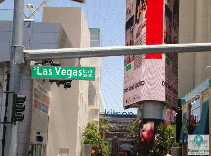 Las Vegas é a capital do entretenimento do mundo, e é famosa por seus enormes cassinos-hotéis. 🇺🇸 Las Vegas is The Entertainment Capital of the World, and is famous for it's mega casino–hotels.