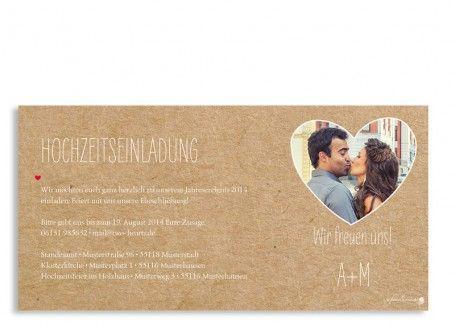 Die Einladung zur Hochzeit für's Herz!  Die Einladungskarte in Packpapier-Optik bietet auf den Vorder- und Rückseite Platz für Ihren Einladungstext, wichtige Infos und Adressen. Auf der Rückseite wird im großen Herz Platz für ein Pärchenfoto freigehalten.