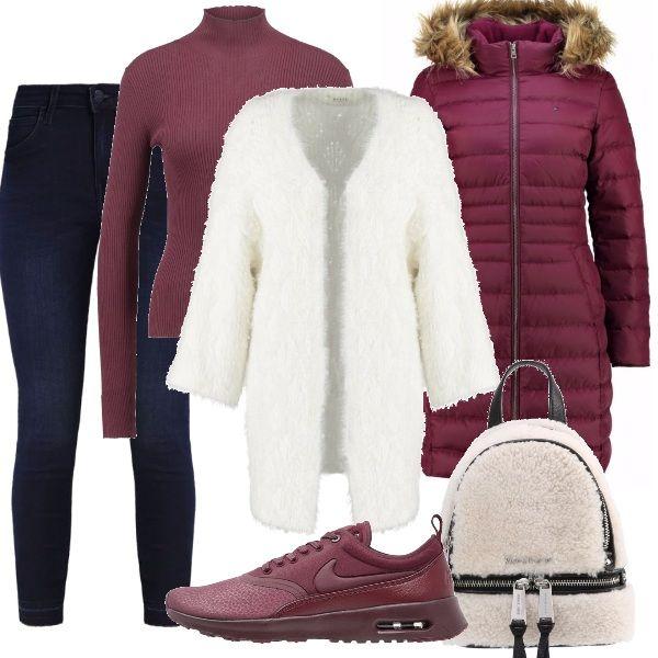 Per questo outfit: maglia dolcevita a costine bordeaux, cardigan fur morbidissimo, jeans skinny blu scuro, piumino bordeaux, sneakers dello stesso colore e zainetto fur.