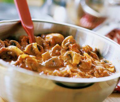 Pasta med svamp- och lökröra är en skön pastarätt med champinjoner och gul lök i grunden och med krossade tomater. När du tillsätter crème fraichen i röran får du den där utsökta krämigheten och med parmesan på toppen av pastan har du en vinnare!