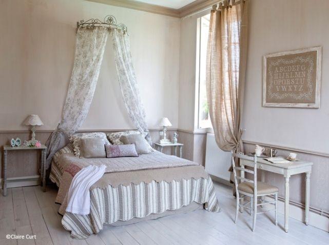 Lit surmonté d'un ciel de lit pour une ambiance romantique.
