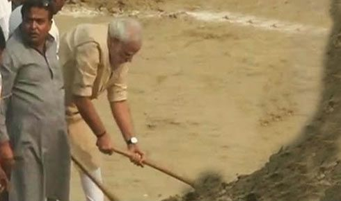 Modi picks up spade, cleans Assi Ghat; nominates nine more for Clean India campaign