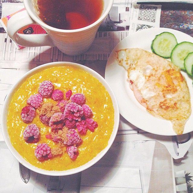 Idag åt jag golden oats, inspirerat av #goldenmilk  Havregryn, riven morot och en deciliter äggvita fick kokas med 1/2 paket saffran, gurkmeja och vanilj   sötning ☀️ Drömmen  Till det stekt ägg med kalkon  #Padgram