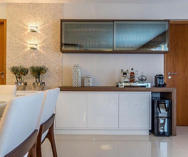 Sala de Jantar   Projeto  @433arquitetura Composição perfeita para o apoio da Sala de Jantar: cristaleira com vidro refletente, revestimento em Mármore com arandelas e buffet em lacca branca e detalhes em madeira... #projeto433 #433arquitetura #saladejantar
