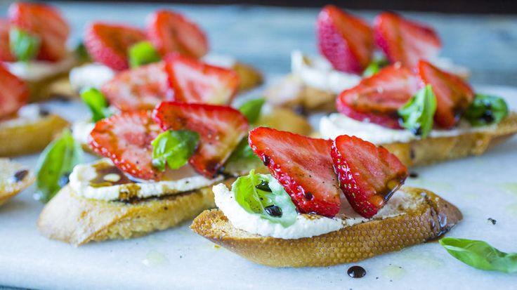Små toast med fetaost og jordbær