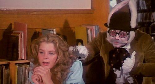 """Kristine DeBell als Bibliothekarin Alice in der Townsend-Verfilmung von """"Alice in Wonderland"""". Besuch vom weißen Hasen."""