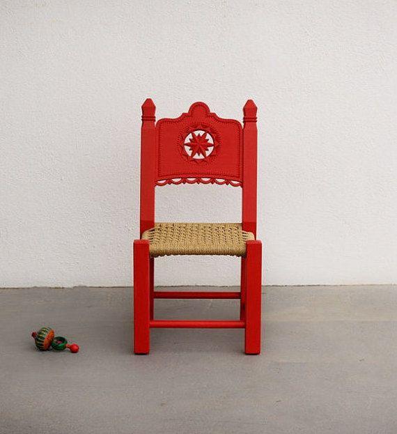 GESCHICHTE DIESER MÖBEL  Die Geschichte dieses Stuhles geht Jahrhunderte zurück, sondern bleibt einfach modern, denn es ist äußerst praktisch und flexibel durch sein geniales Design und geringe Abmessungen. Und wenn Sie sich vom Stuhl aufstehen, es bleibt ein Kunstwerk zu bewundern. Kleine Kinder verstehen sofort, dass der Kinderstuhl Größe nur für sie bestimmt ist.  In Griechenland wenn ein Baby, in der Familie geboren wird ist die erste Sorge der Angehörigen, insbesondere den Großvater und…