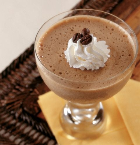 MOUSSE DE CAFÉ INGREDIENTES: – 300 gr de leche – 2 huevos (separadas las claras de las yemas) – 110 gr de azúcar – 1 cucharada colmada de café soluble – 15 gr de maicena – ½ limón PREPARACIÓN: 1. 1 ponga en el vaso la leche, las yemas, 60 gr de azucar, el café …