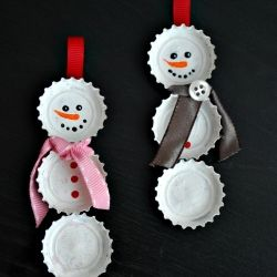 These cute snowmen are so simple to make and practically free.  Bottlecaps, paint, glue, and ribbon are all you need!  Full tutorial.