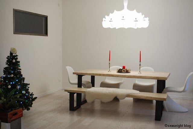 Dining Room / Sala da pranzo. Raw wood table / tavolo legno grezzo. Christmas decor / Decorazioni Natale. Lampadario / Lamp Zeppelin by Flos. ©Seaseight Blogger House http://seaseight.blogspot.it/2014/01/my-new-house-chronicle-lampadario-flos.html
