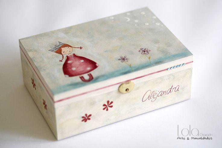#Joyero de #madera pintado a mano, muñeca con vestido de lunares y corona, pintado a mano. www.lolagranado.com