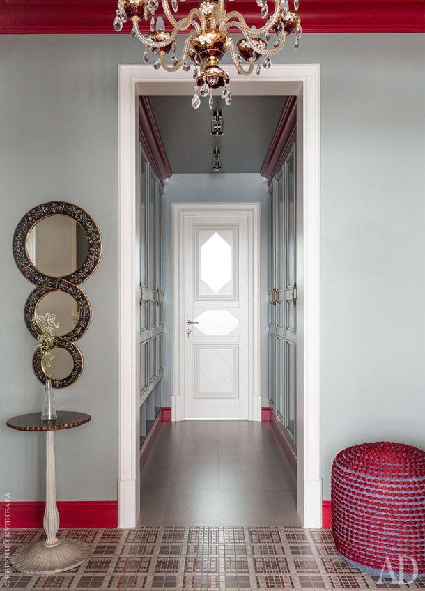 Полы небольшого холла выложены напольной плиткой Jasba, зеркало на стене – из студии Анастасии Немоляевой. Дверь…