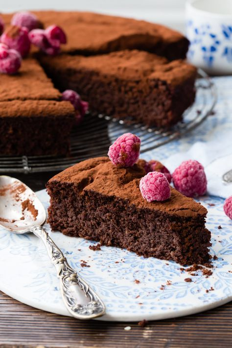 Sometimes it is not easy to find a good cake that is fluffy and also gluten free. This Thermomix flourless beetroot chocolate tart is like heaven.