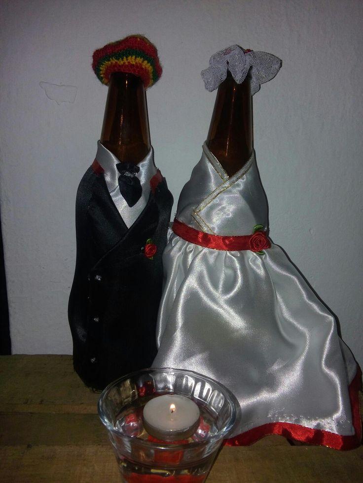 Novios rastafar-i en botellas de cerveza
