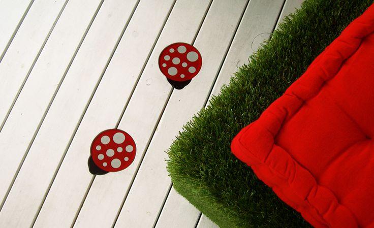 Χωνευτά φωτιστικά, ειδικά κατασκευασμένα για το ξύλινο deck του ανθοπωλείου Ladybird. Σκαμπώ από συνθετικό γρασίδι, σχεδιασμένα για τον ίδιο χώρο. Δείτε περισσότερα έργα μας στο  http://www.artease.gr/interior-design/emporikoi-xoroi/