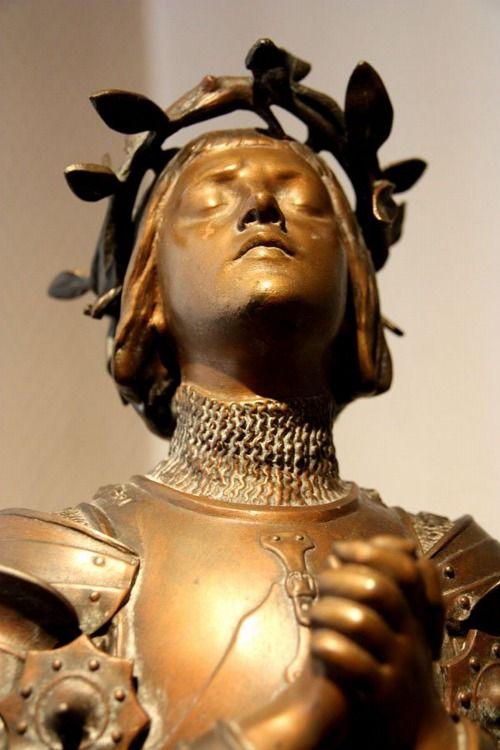 nihilophany: fairytalesandfrills: Joan of Arc statue Je trouve cette statue magnifique car contrairement à de nombreuses autres œuvres représentant la sainte, l'artiste n'a pas mis l'accent sur la représentation guerrière habituelle mais plutôt sur le lien nouménal qui la reliait a Dieu.