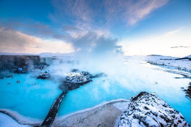 Le Blue Lagoon en Islande Se détendre dans le Blue Lagoon, bain thermal du sud-ouest de l'Islande, près de Reykjavik, est une expérience incontournable. La chaleur de l'eau s'oppose la froideur de l'air dans ce lac artificiel de plus de 200 mètres de long, aménagé dans une coulée de lave. Son eau géothermique est riche en sels minéraux et silicates, mais aussi en algues bleu-vert, ce qui lui donne cette couleur si singulière. En revanche, le bain n'est pas donné (50 euros l'entrée)...