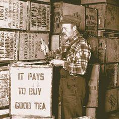 """THIELE TEE Historie Emden Thiele TeeDas Emder Teehandelshaus THIELE & FREESE wurde 1873 als """"Colonialwaren en gros"""" gegründet. Von Anfang an pflegten die Gründer Carl Thiele und Peter H. Freese das Geschäft mit Tee. Den Einkauf der Teesorten übernahmen die Gründer persönlich und besuchten die in jener Zeit maßgeblichen Auktionen in Amsterdam und London für indische Tees und für Java/Sumatra Tees. Mit dem Eintritt von Franz Thiele sen., dem Bruder des Gründers, wurde der Teehandel noch…"""