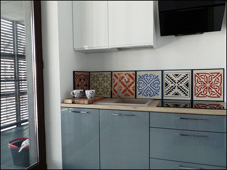 Niebanalny wysrój wnętrz- ornamenty wykonany poprzez wycięcie rysunku w barwionych trwałych zaprawachwym. 31x35 cm
