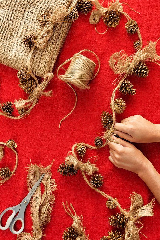 Navidad idea de arte: Encadenar ornamentos piña con un cordel y arpillera crea un look de fiesta rústico y bello.  Haga clic a través de pedir sus suministros en línea o conseguir que en su tienda de Home Depot más cercana .: