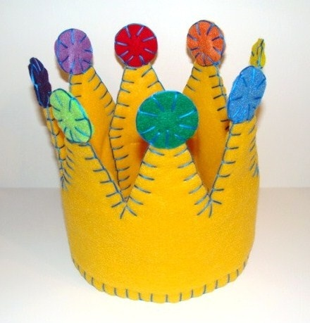 Child's felt crown...must make for birthdays....perhaps a snap closure to make adjustable??