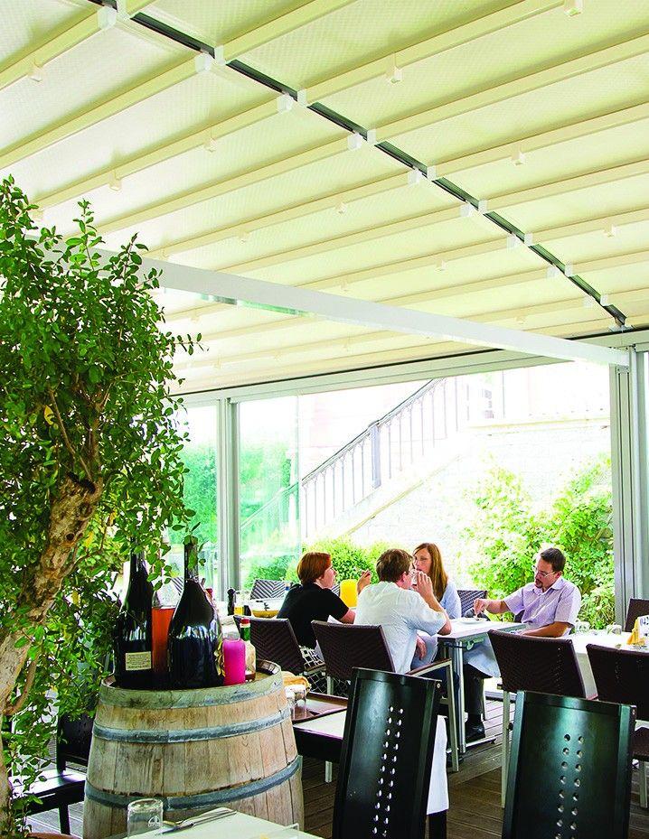 O terasa inchisa cu sticla si acoperita cu pergola retractabila Radian, pentru a te simti relaxat si intr-o locatie publica. Atmosfera te invita sa comunici cu prietenii pentru a savura impreuna bautura preferata. www.pergolalux.ro