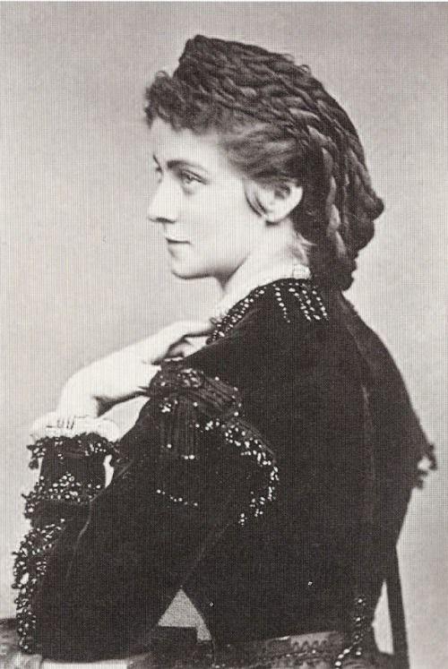 La duchesse d'Alençon fut la fiancée de Louis II de Bavière son cousin Passé féminin