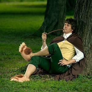 Pantoufles pieds de Hobbit -- Si votre rêve est de partir à l'aventure dans le Gondor Rohan ou pour les plus courageux le Mordor en suivant les traces de Frodon et Sam alors voici un objet pour vous ! Les pantoufles pieds de hobbit. Avec ces chaussons, Sauron n'a plus qu'à bien se tenir ! Et au pire pour les non aventuriers, ce sera de très belles chaussures pour aller voir le film « The Hobbit » !