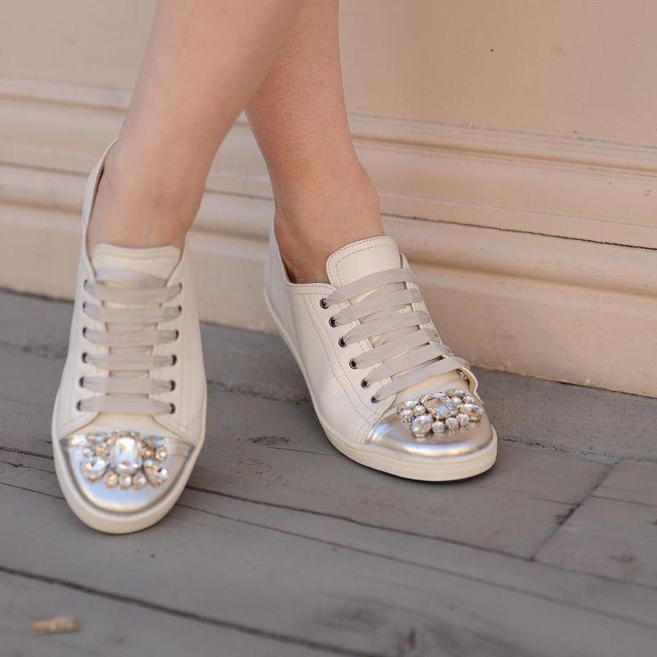 В студенческие годы я даже представить не могла выйти куда-нибудь в обуви без каблуков.  Унивеситет находился в достаточной удаленности от того места, где я жила, и довольно часто ходила пешком.  До сих пор часто вспоминаем с подружкой  об этом «героизме» и удивляемся. Сейчас, конечно же есть в гардеробе обувь без каблуков, но она все же, как выразилась одна девушка «нежная и девичья». )))