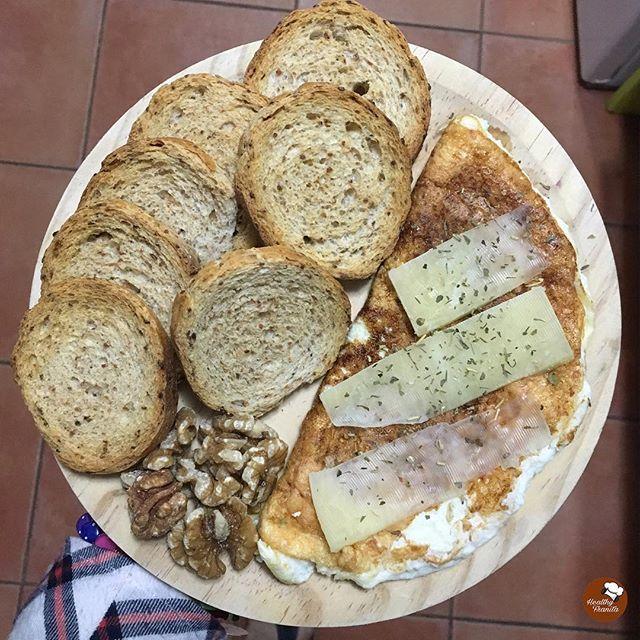 Buenos días de Marnesssss😁😁.  .  Desayunos que enamoran♥️♥️.  .  🍞Pan tostado de soja @pan_de_soja_pan_cota.  🥚Tortilla de claras con cebolla en polvo, hierbas provenzales y queso proteínico @eatleancheese🧀.  🌱Nueces.  .  👉🏻Podéis comprar @pan_de_soja_pan_cota en @carrefoures o @amazon.  👉🏻Tenéis disponible el queso @eatleancheese en la web de @masmusculocom y @kocsublimefitnessfood.es.  .  💰💰💰💰💰💰💰  Código de descuento👉🏻FRANITA.  www.masmusculo.com.  💰💰💰💰💰💰💰…