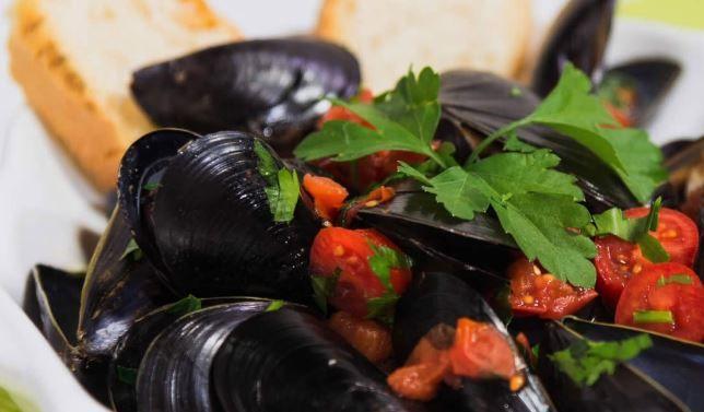 Le cozze che si pescano a Taranto sono molto carnose, pregiate e conosciute in tutto il mondo. Vediamo come cucinare coi mitili tarantini.