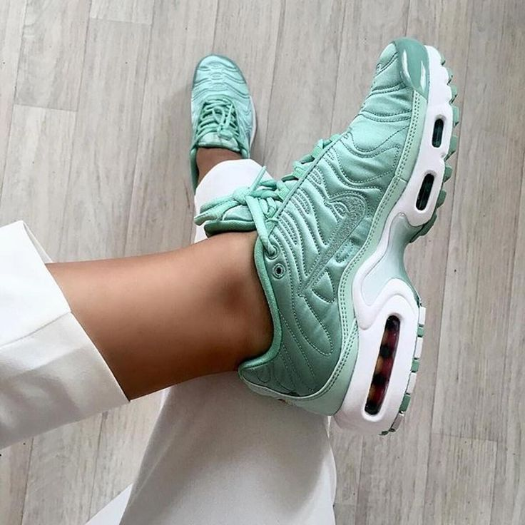 newest e33ac fe495 ... Tendance Chausseurs Femme 2017 Sneakers femme Nike Air Max Plus TN  Satin (nawellleee) ...