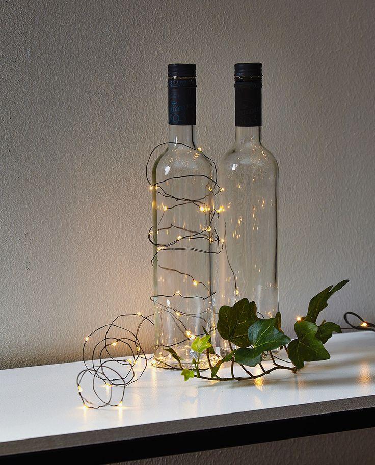 Dew Drop er en serie enkle og vakre lysslynger som er et must for å dekorere ditt bord til konfirmasjon, bryllup og fest! Denne slyngen har en sort kabel og passer derfor meget bra til de som liker et mørkere og tyngre fargepreg på sitt interiør.
