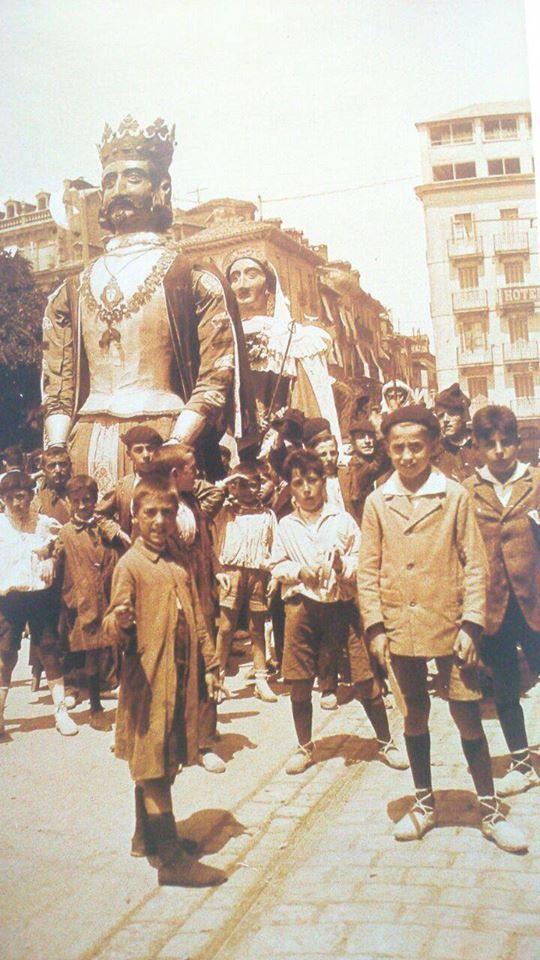 1920-PLAZA DEL CASTILLO-Gigantes en la Plaza del Castillo